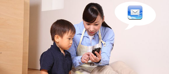 スマートフォンでメールする親子