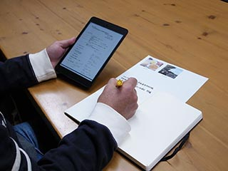 iPad miniを参照しながらノートに記録