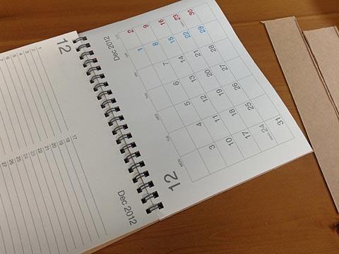 カレンダーの底を切りノートにする