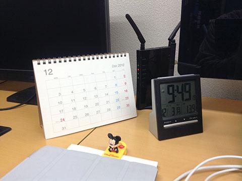デスクサイドにおいたカレンダー