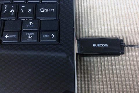 Windowsコンピュータに取り付けたUSBメモリ