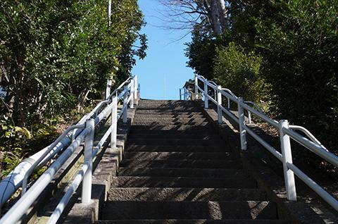 急な階段の先に