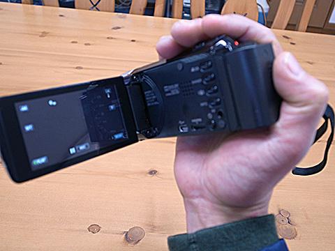 JVC GZ-E265 手に持った状態