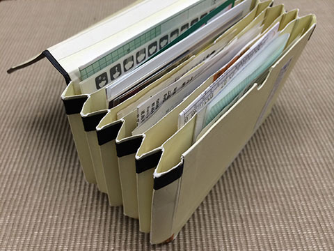 雑 紙類を保管するモレスキンメモポケット
