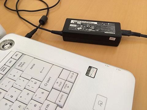電源プラグをコンピュータに接続
