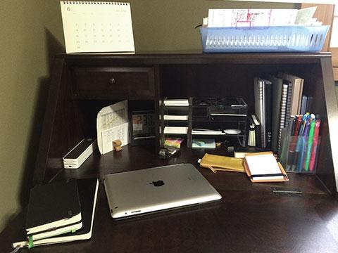 書斎机に文具類を配置する