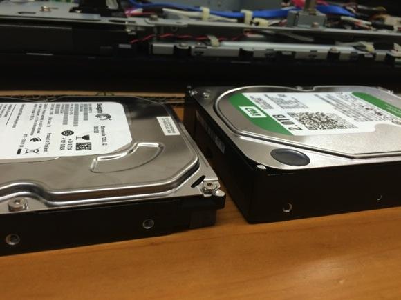 左が既存のHDD右が交換するHDD